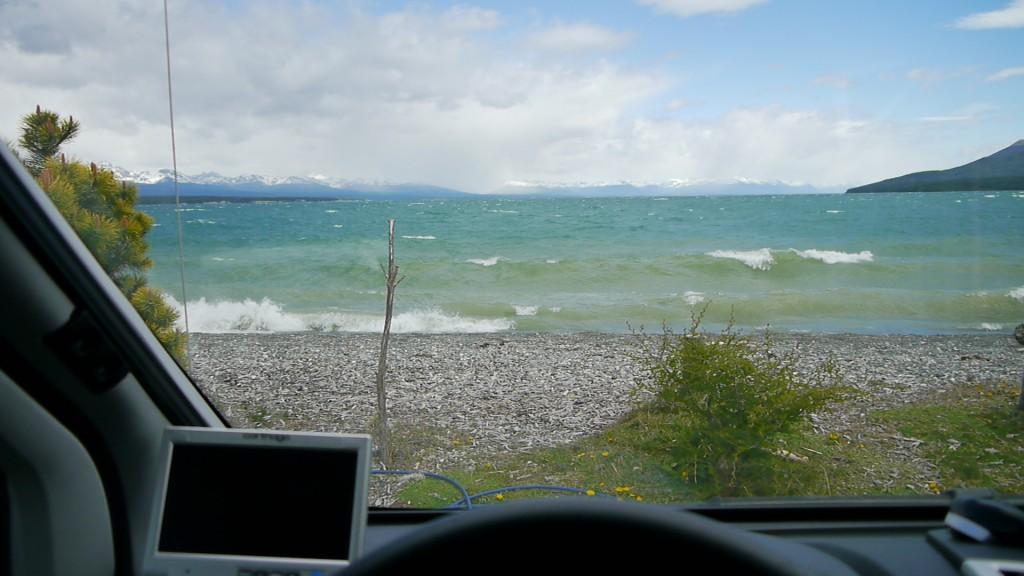 """Hier standen wir 2 Tage - 8- 10 m vor dem Wasser und Wind mit 7 - 8 Bft. Campinplatz """"Hain"""" in Tolhuin"""