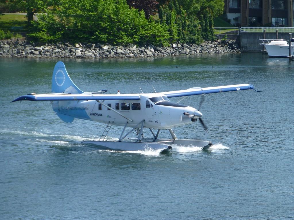 6 solcher Wasserflugzeuge warten auf Kundschaft