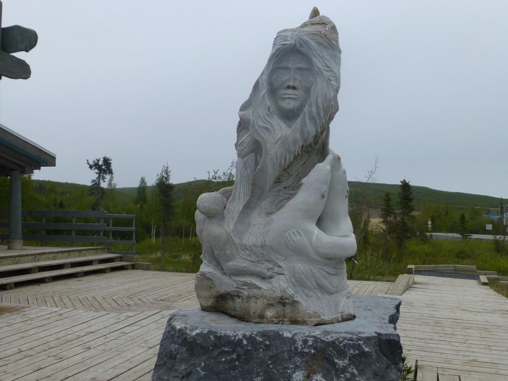 Ein Ureinwohner vor dem Visitor Center