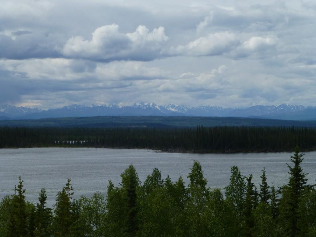 Auf dem Weg nach Whitehorse am Kluane Lake, dem groestten See Yukon s, entlang.