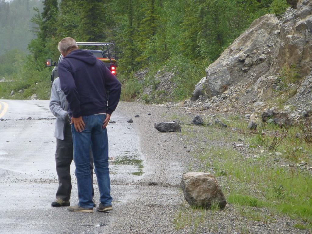 Dem kleinen Mann musste Robert zu Hilfe eilen, um den schweren Stein von der Strasse zu bekommen.
