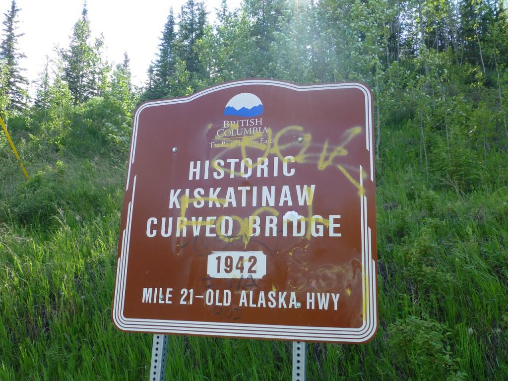 """Um auf den Campingplatz """"Kiskatinaw"""" zu gelungen mussten wir auf den """"Old Highway von 1942 ausweichen und die darueber gezeigte historische Bruecke mit Holzdielen belegt ist auch noch das Original  von 1942. Die  letzte!"""