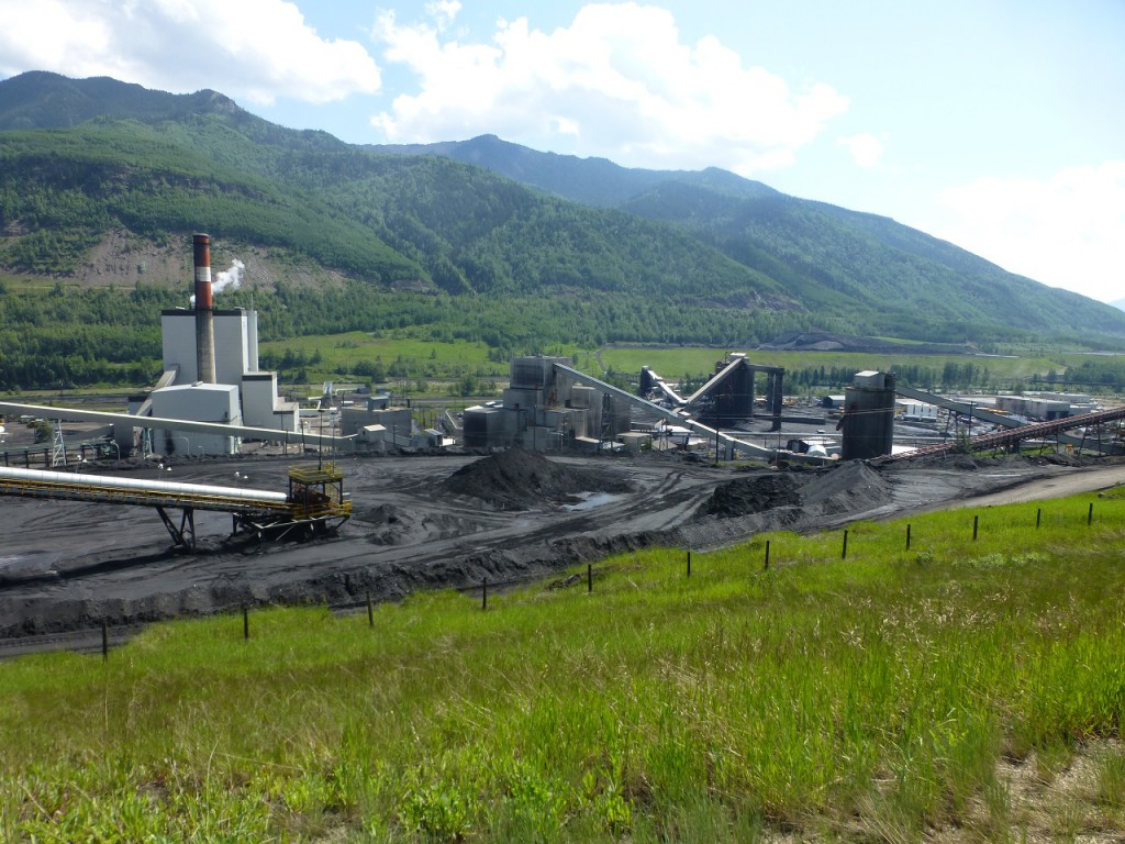 Ein grosses Kohlekraftwerk in Grande Cache, dass im Tagebau gfoerderte Kohle verstromt.