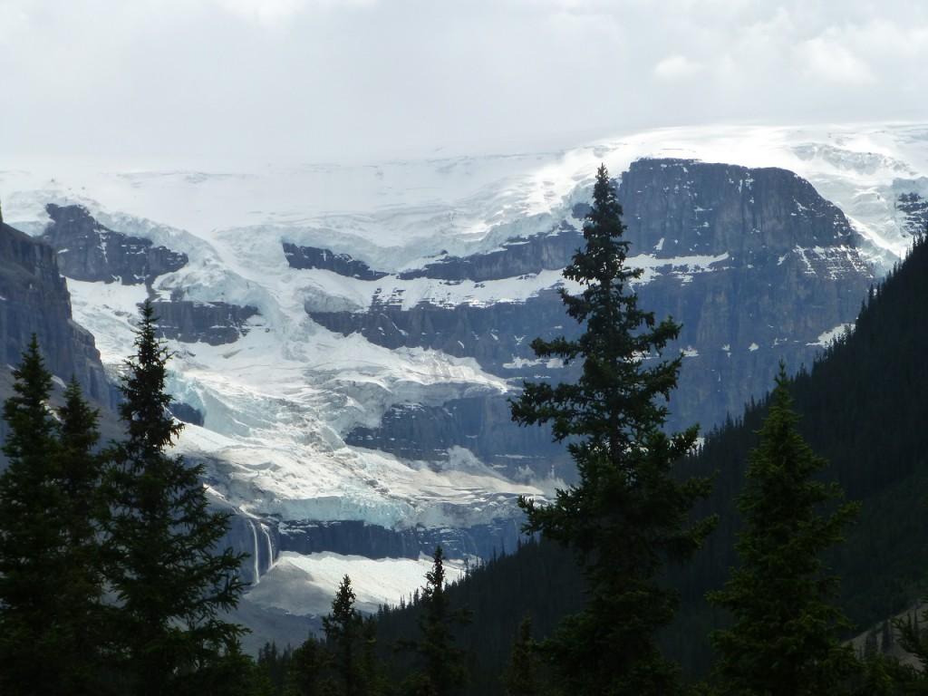 Weiter durch eine ueberwaeltigende Bergwelt zu den Icefields.