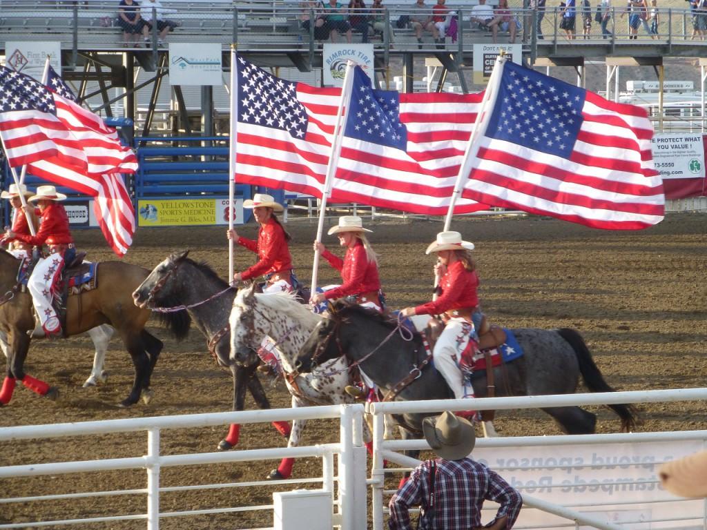 ...flotte girls mit Flagge und: God bless America und danach ein Gebet vom Pferd aus vorgetragen!