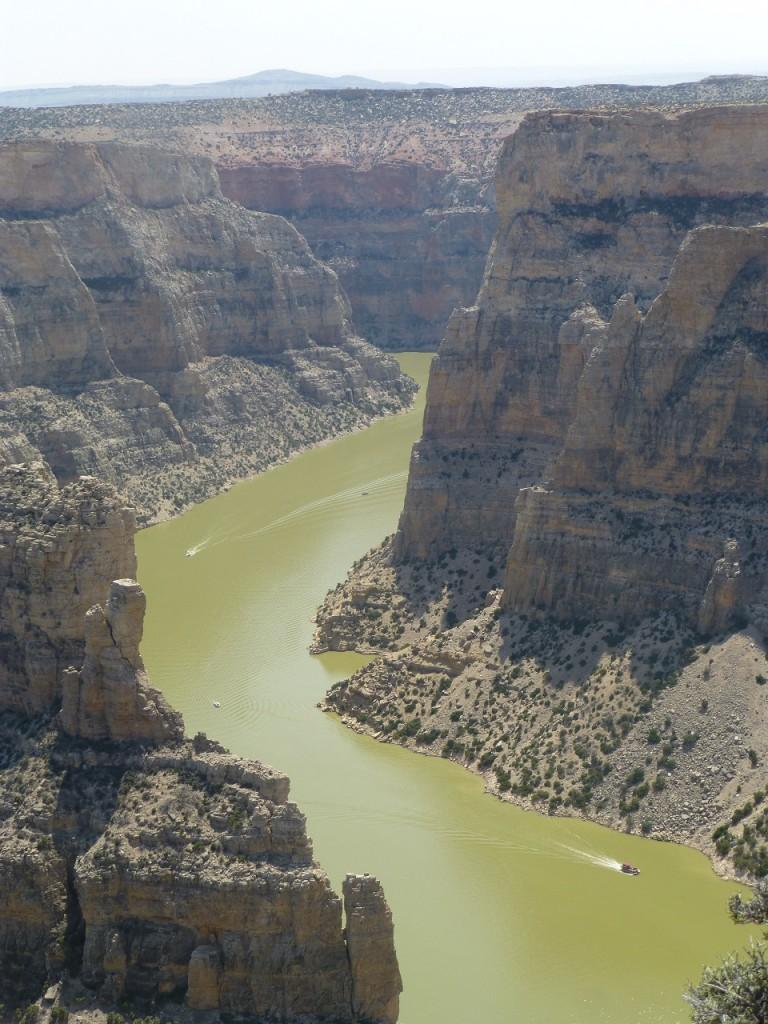 Zentrum der Area ist der Stausee, dessen Uferlaenge 300 km betragen soll. Die umliegenden Berge sind 70 Mio Jahre alt. die  Yellowtail Talsperre ist nach einem beruehmte Haeuptling der Crow Indianer benannt. Sie dient als Wasserspeicher, zur Stromversorgung, Hochwasserschutz und Bewaesserung.