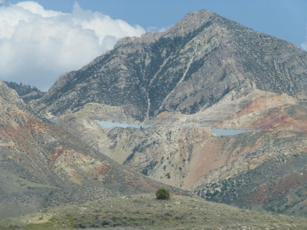 """Der vin angesteuerte Campground hatte nur wenige Plaetze und der noch freie lag in Praller Sonne weshalb wir uns zur Weiterfahrt auf den Bighorn Pass entschlossen haben und dort einen schoenen Platz im Schatten """"Bald Mountain"""" mit herrlichen Blumenwiesen, leider aber auch mit Schnaken, trotz einer Hoehe von 3000 m"""