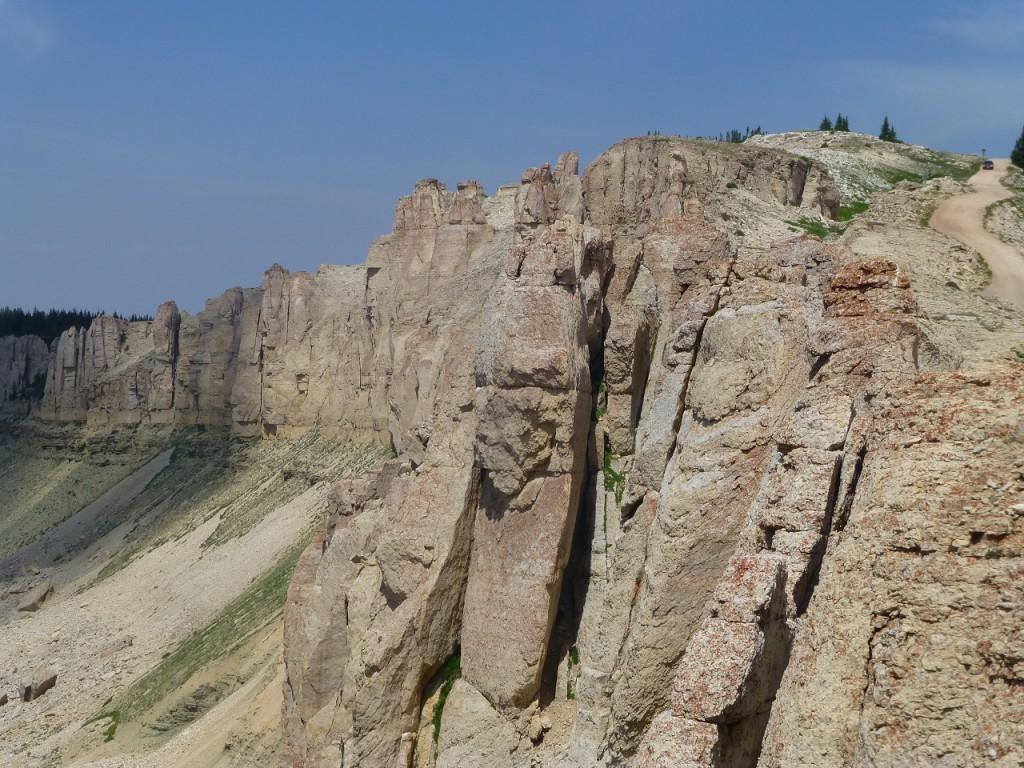 ...rechts der Weg zum M. Wheel, dem Heiligtum der Blackfoot Indianer.