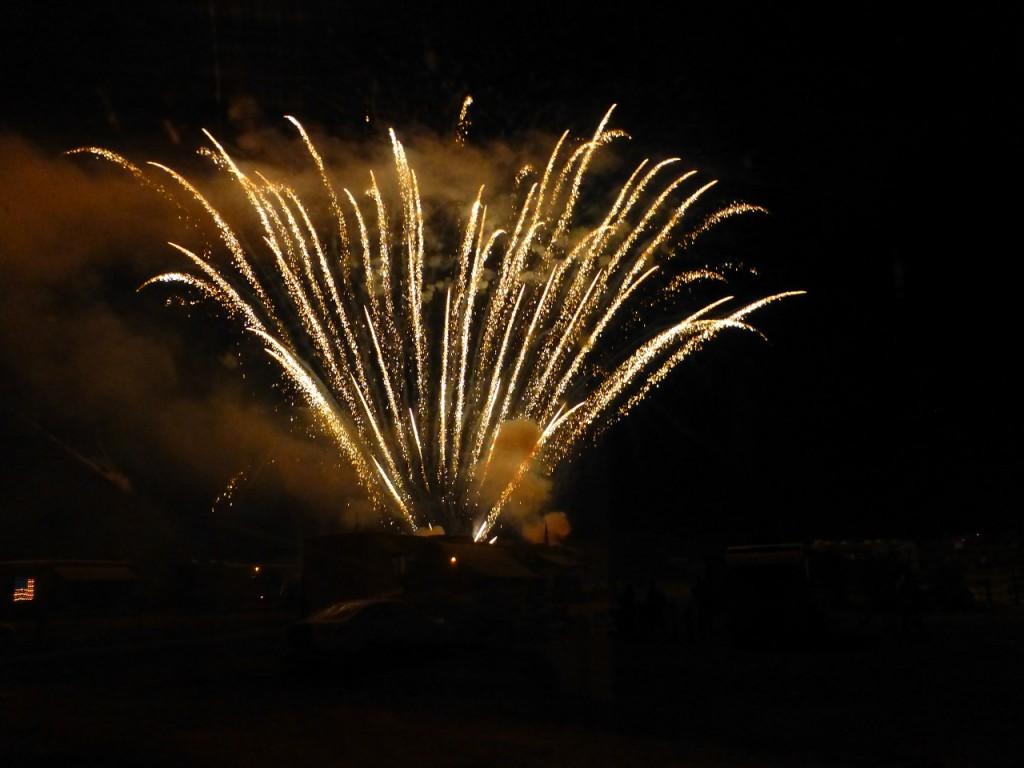 Grosses Feuerwerk im Angesicht des Devil Tower!