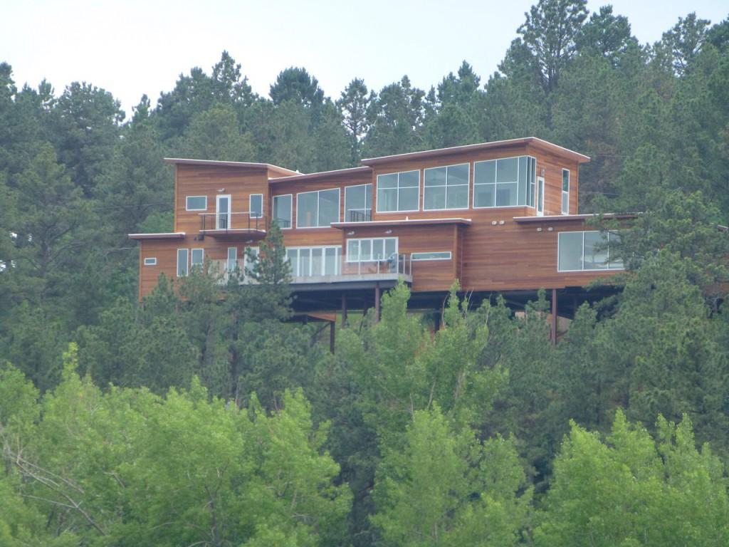 ...moderne Archtektur in Rapid City auf Stelzen hoch ueber dem See.
