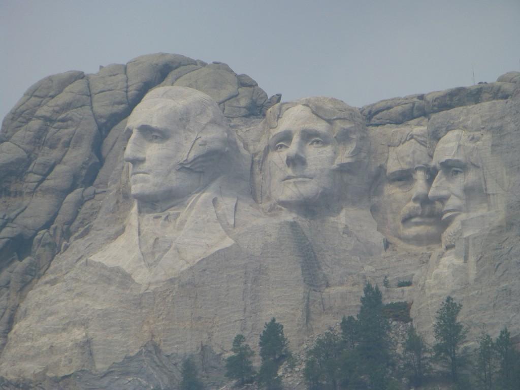ueberlaufener Rummel- uebrigens dem Washington seine Nase ist 7 m hoch, die Nasen der anderen 3 nur 6 m hoch!