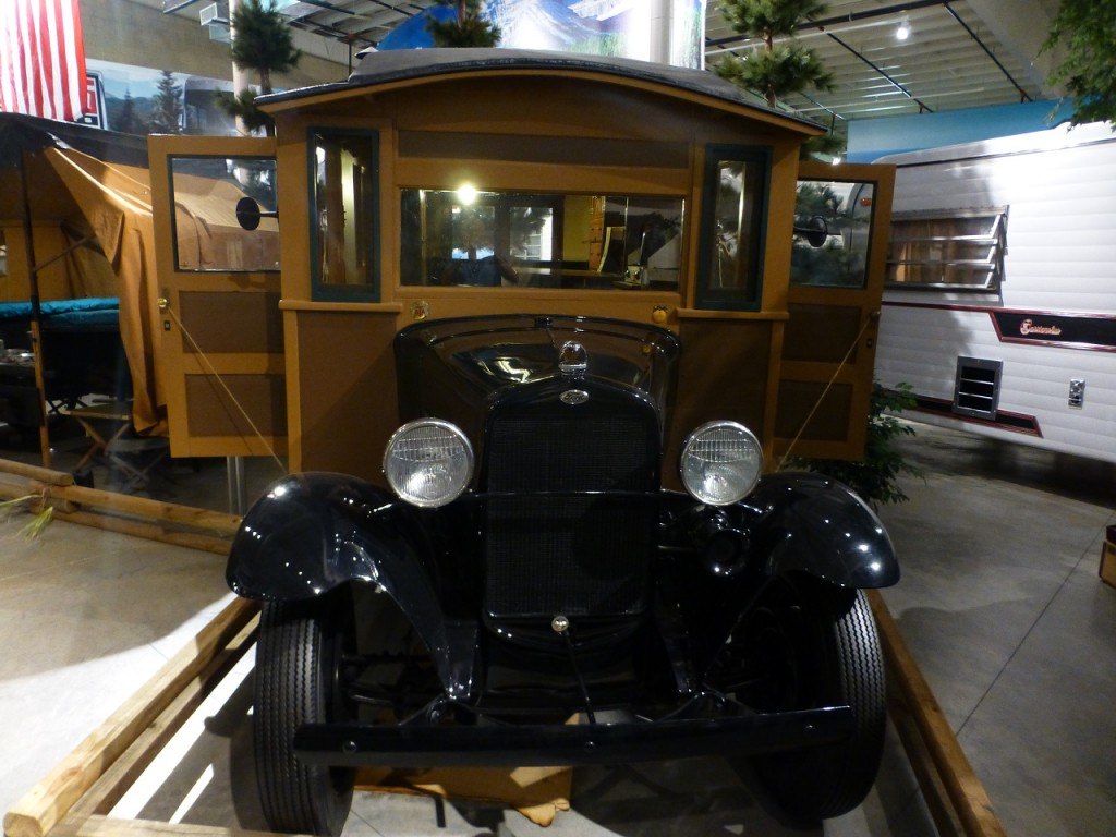 auch dieser Ford aus den 1920er Jahren hat einen Wohnmobilaufbau.