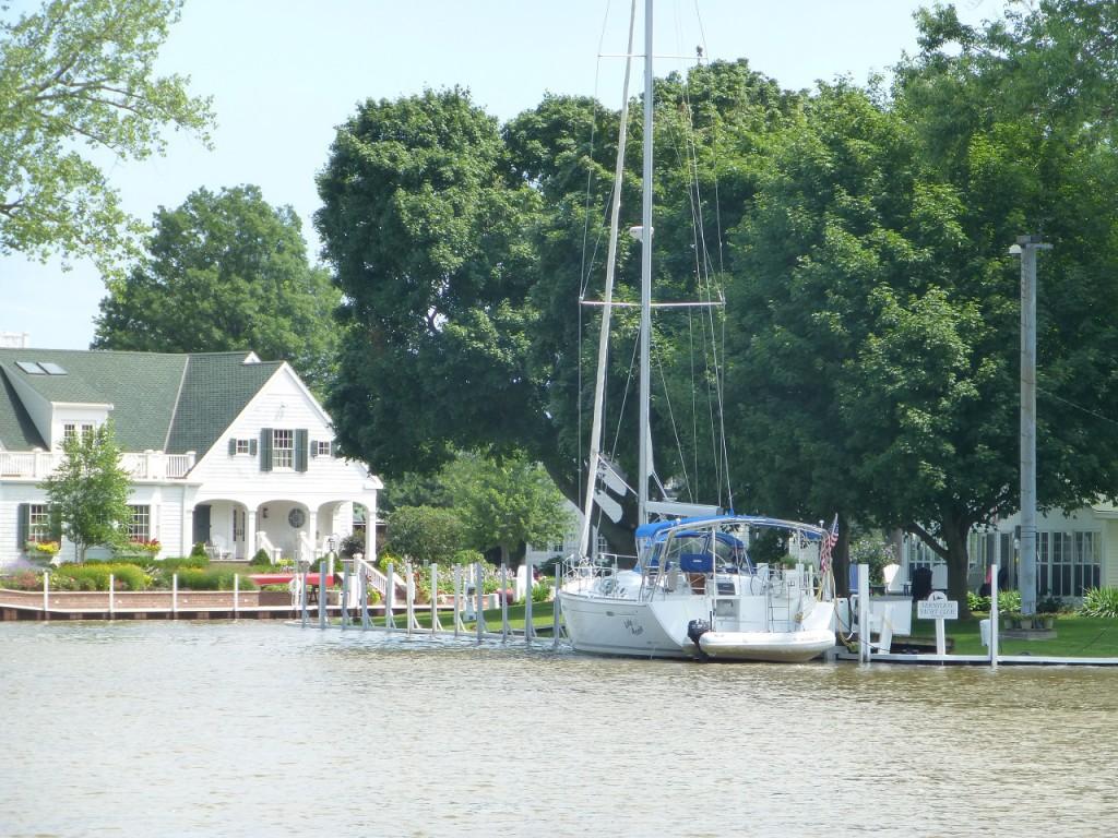 ...gute Wohngegend - alle Haeuser haben ein Bootsanlager.