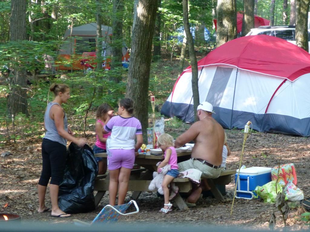 Amerikanisches Familienidyll mit 4 kids zum Wochenend-Camping