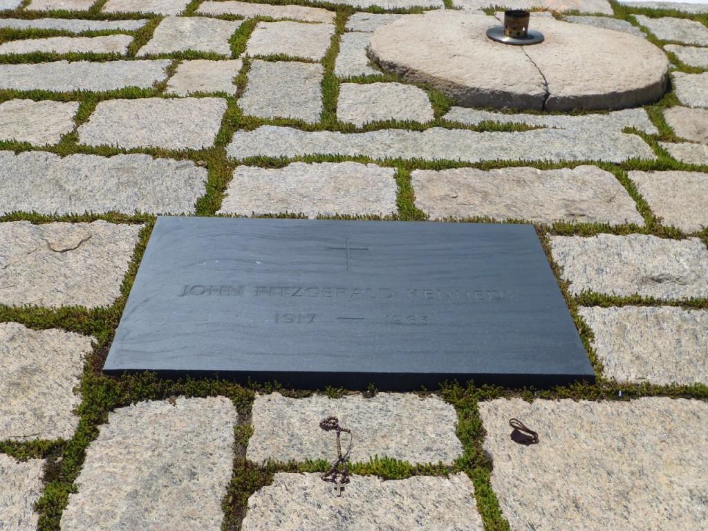 Das Grab von John Fitzgerald Kennedy, in dem Familiengrab liegt auch Jackie und die beiden Kinder. An diesem Grab szand ich  jetzt schon dreimal.