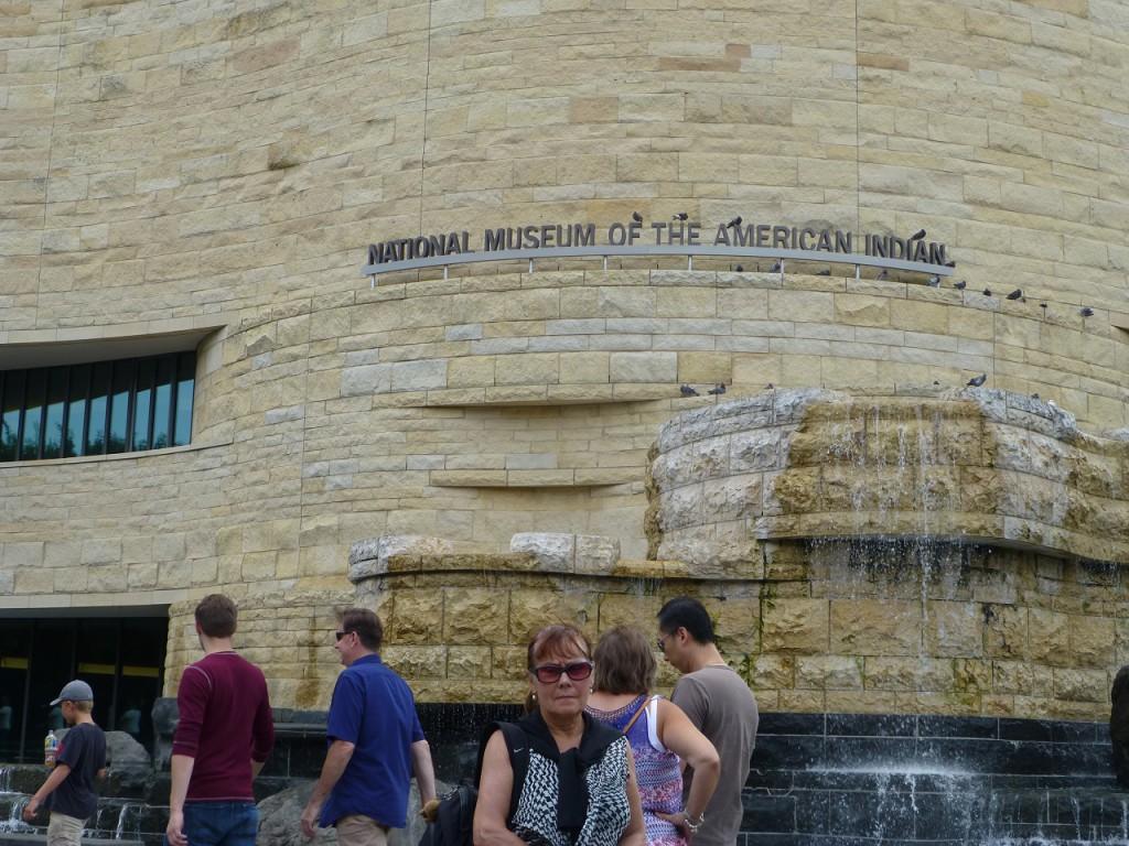 Inge vor dem bemerkenswerten Bau des American Indian Museum. Hier begegnete uns vieles, was wir in Suedaamerika gesehen haben.
